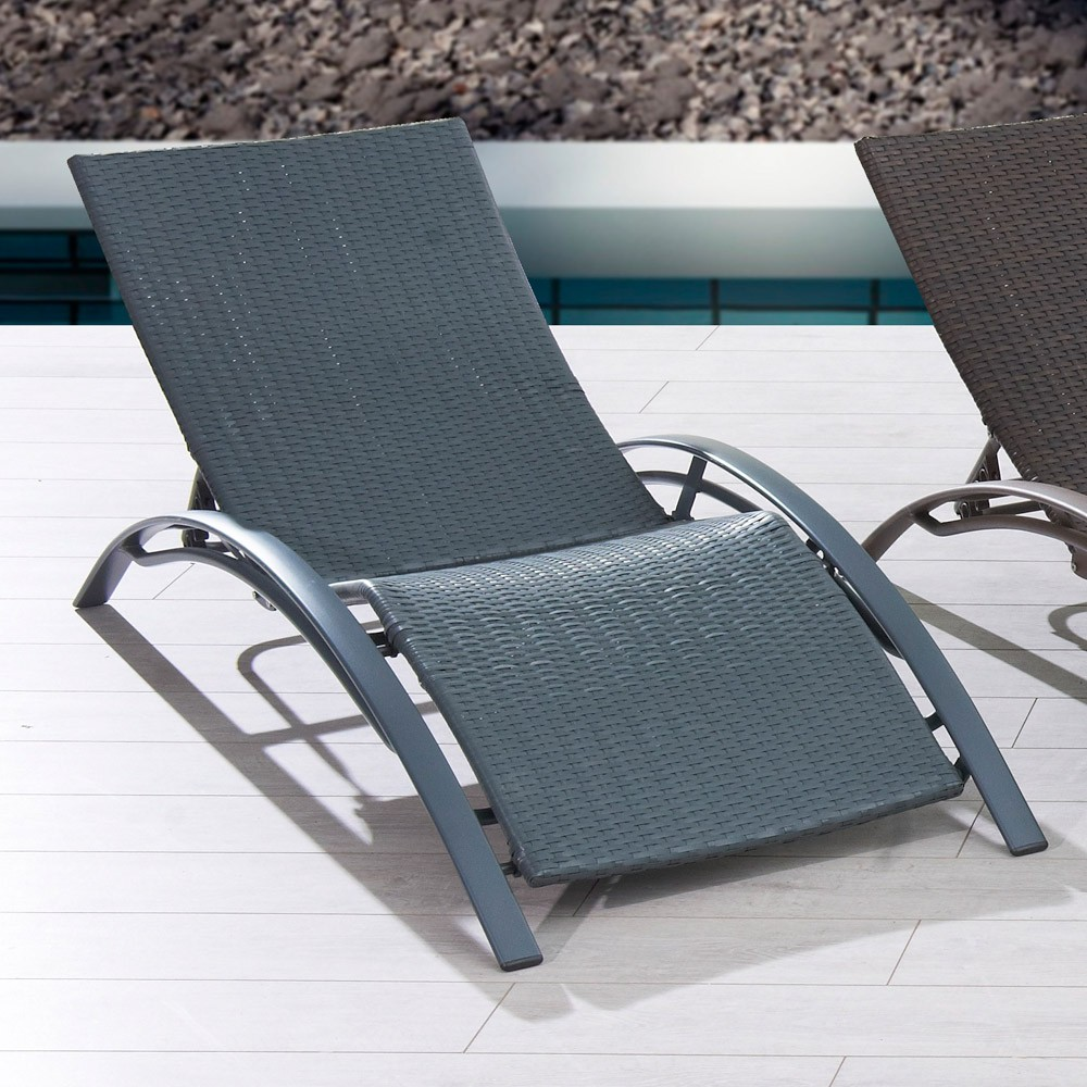 chaise longue de piscine chaise longue en aluminium blanc et matelas gris sur grande terrasse. Black Bedroom Furniture Sets. Home Design Ideas