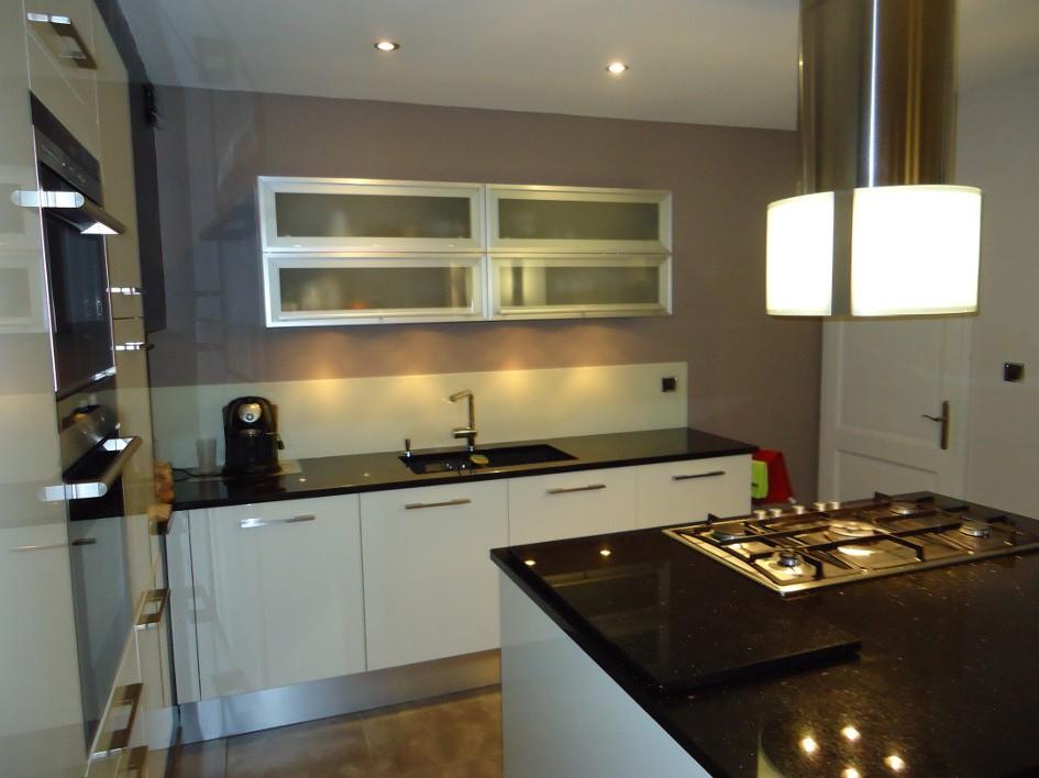 cuisine taupe avec plan de travail noir cuisine id es. Black Bedroom Furniture Sets. Home Design Ideas
