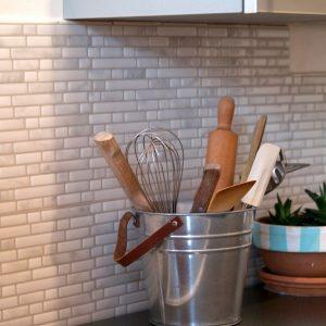 poser mosaique murale cuisine cuisine id es de d coration de maison gvnzzeenqa. Black Bedroom Furniture Sets. Home Design Ideas